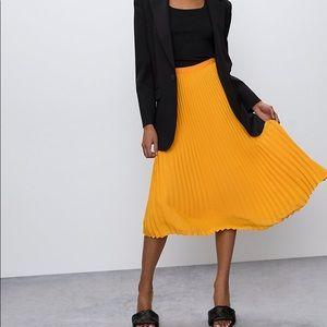 Aritzia Babaton Jude Pleated Skirt Mustard Tuscan